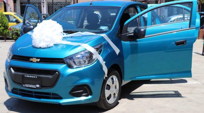 Rifan automóvil entre contribuyentes del impuesto predial