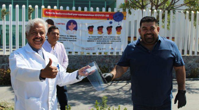 Paco Huacus y Blanca Álvarez Chávez entregan material de protección y limpieza al Hospital de Apatzingán