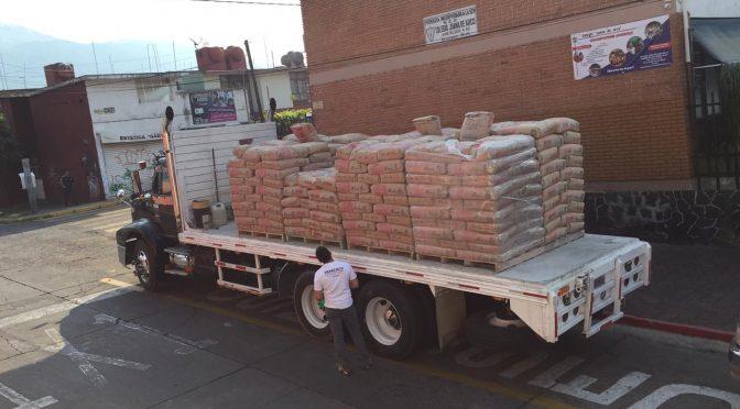 Paco Cedillo entrega cemento a familias de escasos recursos en Uruapan