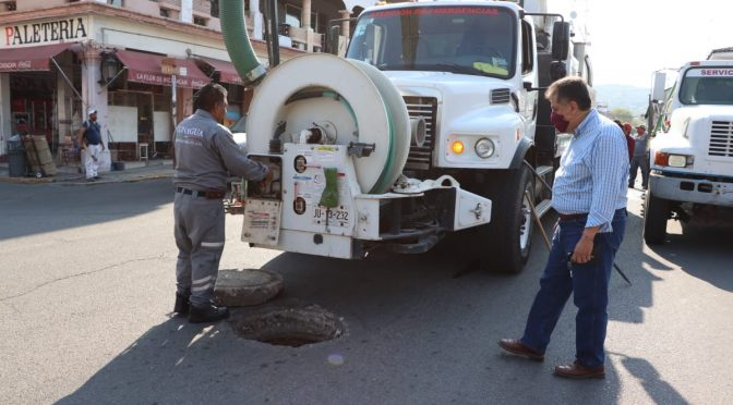 Con camión tipo Vactor desazolvan alcantarillas y drenajes